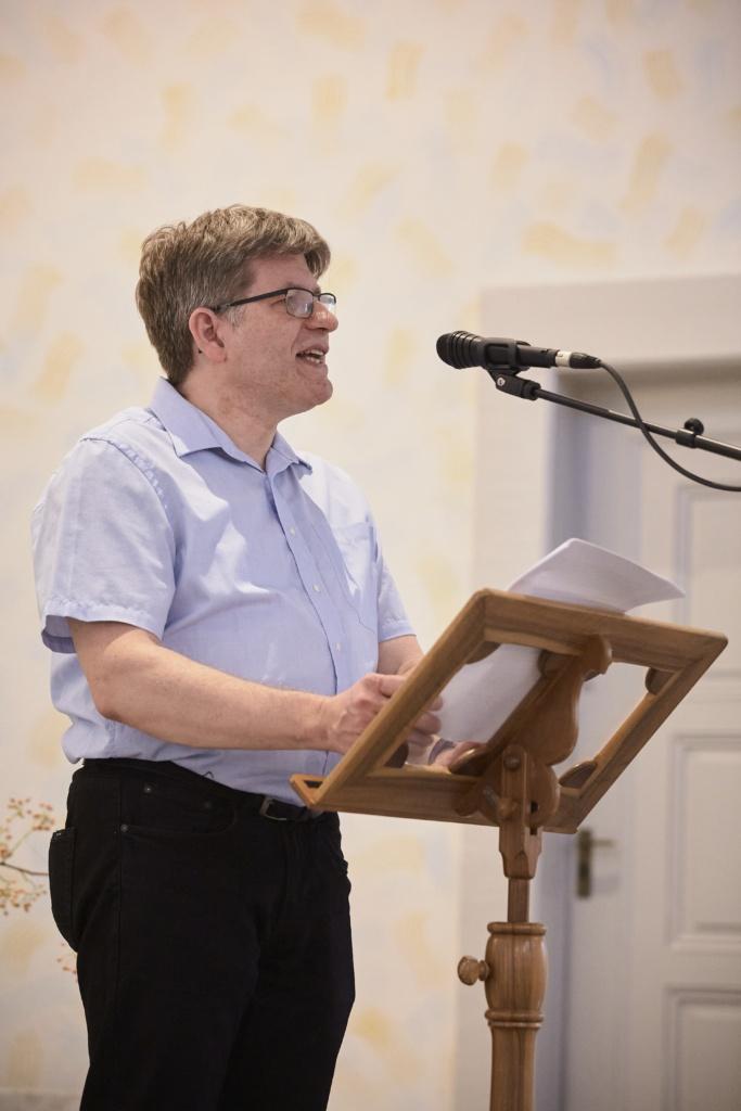 Pfr. Dr. Adrian Suter bei der Vernissage